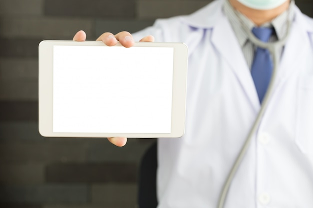 Männlicher arzt hände halten tablette pc
