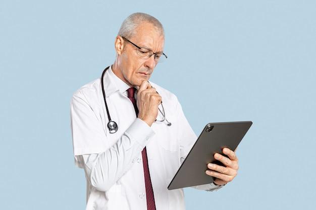 Männlicher arzt mit einer tablette