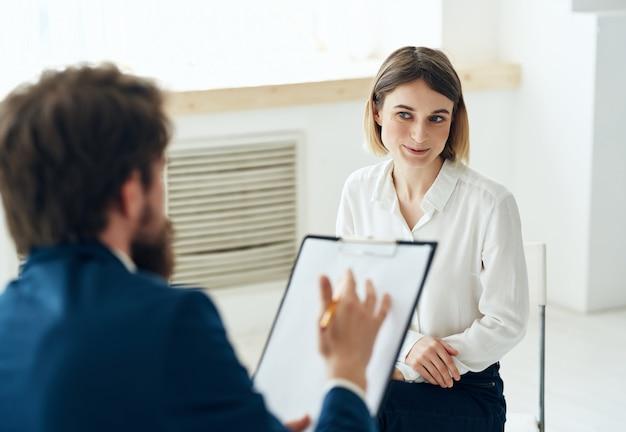 Männlicher arzt psychologe besuch kommunikationstherapie