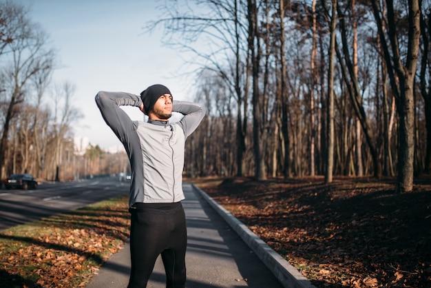 Männlicher athlet auf fitness-training im freien. läufer in sportbekleidung beim training im park. joggen oder laufen