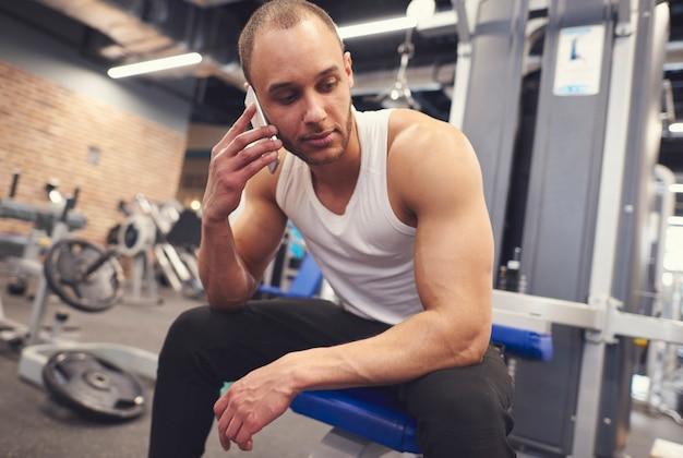Männlicher athlet, der beim training anruft