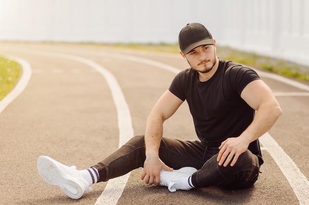 Männlicher athlet, der eignungstraining tut. training außerhalb des fitnessraums.