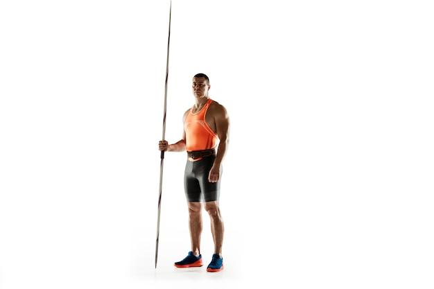 Männlicher athlet, der im wurfspeer auf weiß übt.