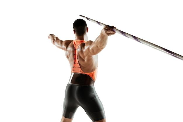 Männlicher athlet, der im wurfspeer auf weißem studio übt.