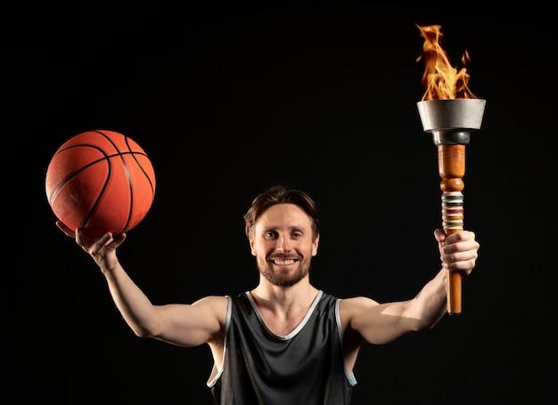 Männlicher athlet mit basketballposen