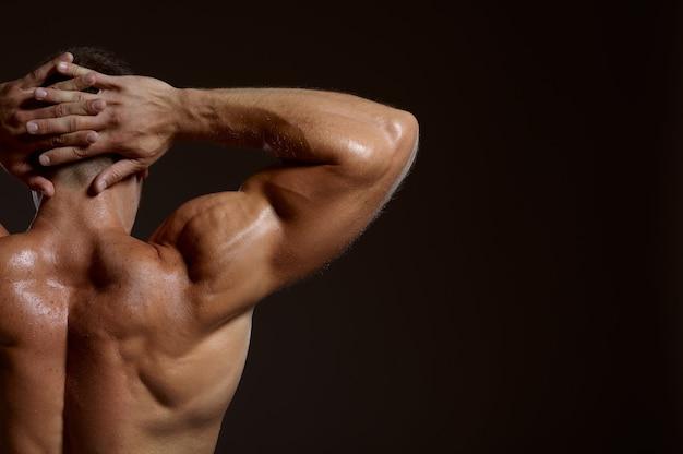 Männlicher athlet mit muskulösem körper, rückansicht