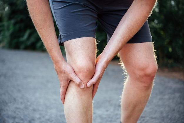 Männlicher athlet mit patellofemoralem schmerzsyndrom
