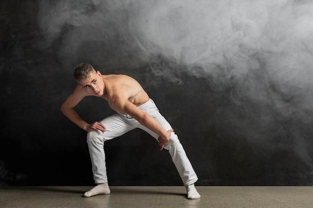 Männlicher ausführender, der mit rauch- und kopienraum aufwirft