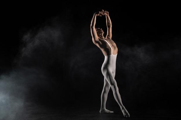 Männlicher balletttänzer auf schwarzem hintergrund