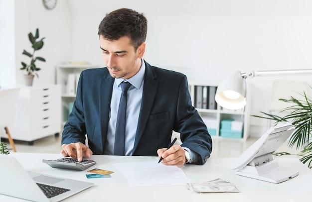 Männlicher bankmanager, der im büro arbeitet
