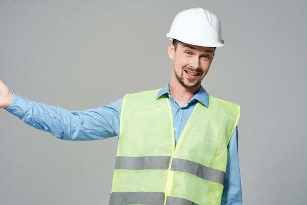 Männlicher bauarbeiterschutz arbeitsberuf heller hintergrund