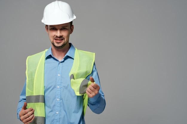 Männlicher bauherrenschutz arbeitsberuf heller hintergrund. foto in hoher qualität