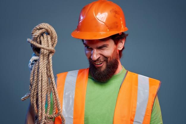 Männlicher baumeister arbeitsberuf schutzuniform ingenieur nahaufnahme