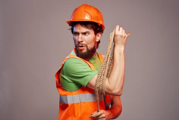 Männlicher baumeister orange schutzhelm arbeiten professionell