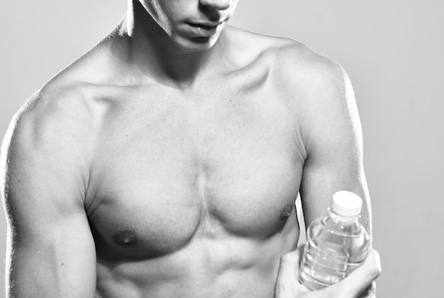 Männlicher bodybuilder muskulöser körper weißes höschen trainingsmotivation