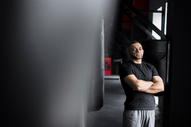 Männlicher boxer, der im t-shirt und in den kurzen hosen aufwirft