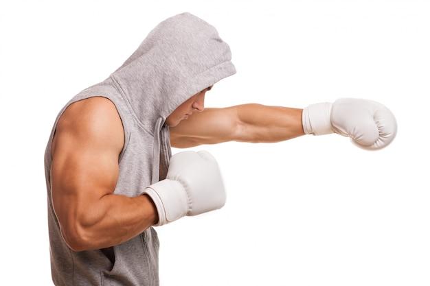 Männlicher boxer mit einem hoodie