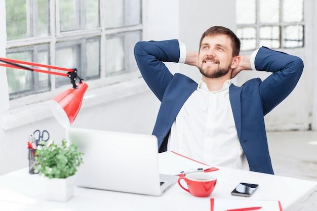 Männlicher büroangestellter ruht sich aus