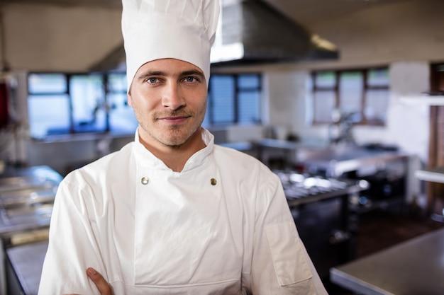 Männlicher chef, der in der küche im hotel steht