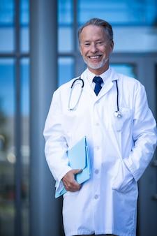 Männlicher chirurg hält datei
