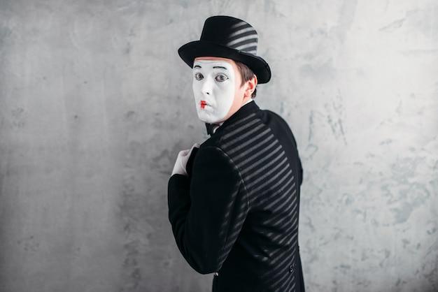 Männlicher comedy-künstler posiert, zirkusschauspieler
