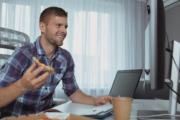 Männlicher computerprogrammierer, der vom haus arbeitet