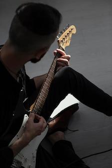 Männlicher darsteller, der e-gitarre spielt