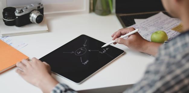 Männlicher designer, der das projekt mit dem sinnesdiagramm plant