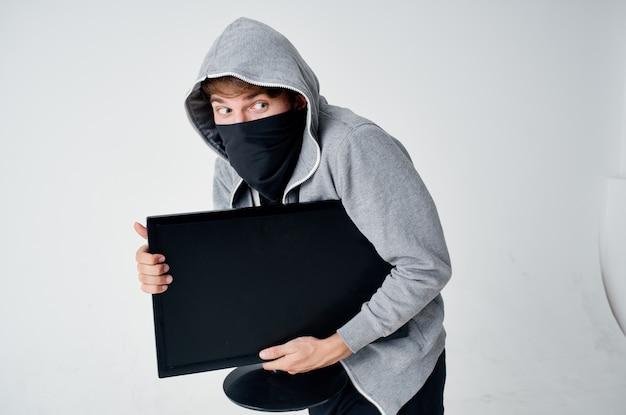 Männlicher dieb mit kapuze kopf hacking technologie sicherheit isoliert hintergrund