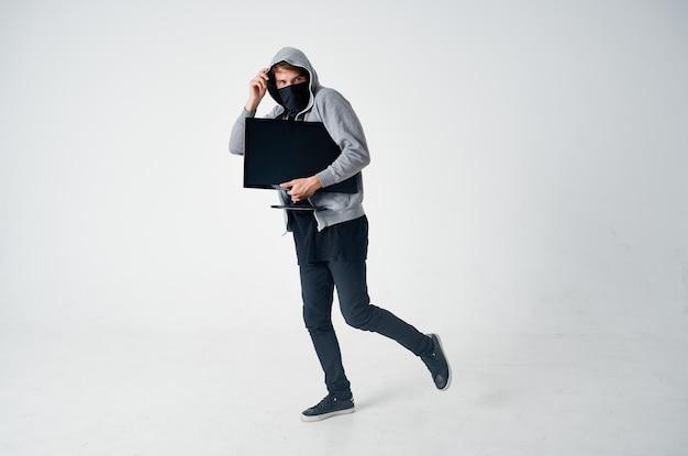 Männlicher dieb mit kapuze kopf hacking technologie sicherheitslicht hintergrund