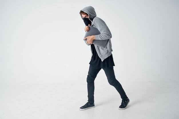 Männlicher dieb stealth-technik raub sicherheit hooligan isolierter hintergrund