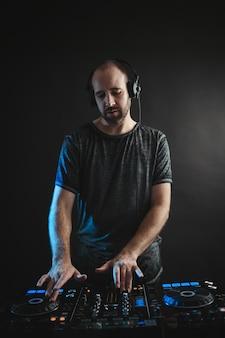 Männlicher dj arbeitet im studio