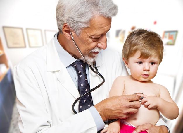 Männlicher doktor, der einen kinderpatienten überprüft
