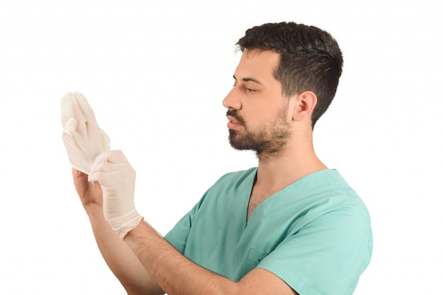 Männlicher doktor, der handschuhe setzt.