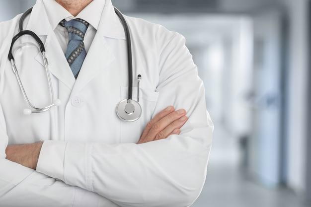 Männlicher doktor im weißen mantel