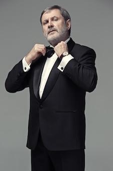 Männlicher erwachsener mittleren alters, der einen anzug trägt