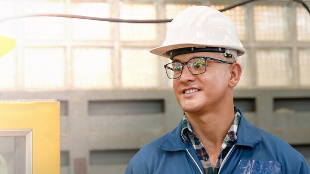 Männlicher fabrikarbeiter mit schutzhelm