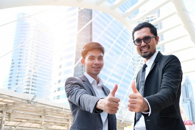 Männlicher finanzgeschäftsmann und erfolg im job