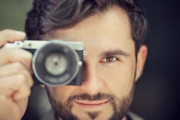 Männlicher fotograf beim fotografieren