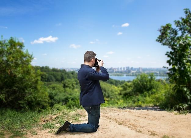 Männlicher fotograf, der stadtbild auf digitalkamera fotografiert