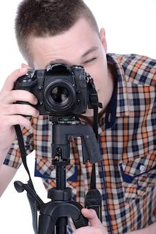 Männlicher fotograf mit digitalkamera