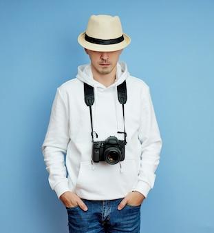 Männlicher fotograf mit dslr-kamera in seinen händen, mann mit verschiedenen emotionen