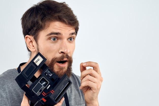 Männlicher fotograf mit professioneller kamera
