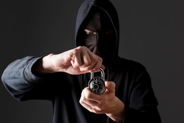 Männlicher hacker, der schloss hält