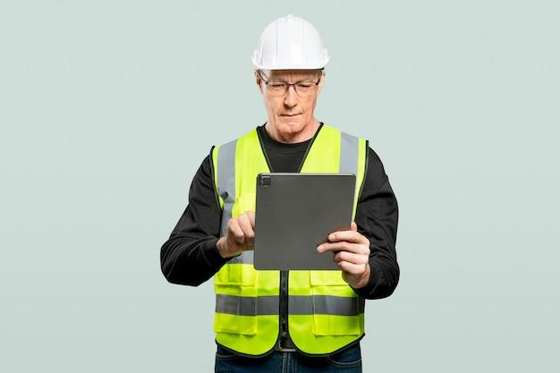 Männlicher ingenieur, der an einem tablet arbeitet
