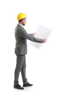 Männlicher ingenieur mit zeichnung auf weißer oberfläche