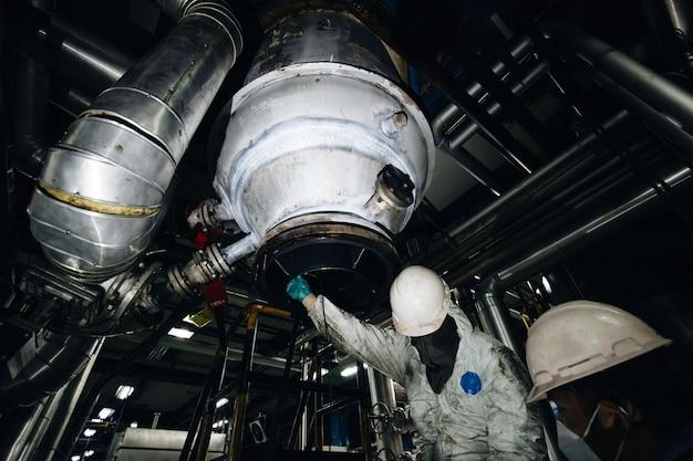 Männlicher inspektions-scan-tank mit zwei arbeitern aus vertikalem chemischem fett der dickenplatte.