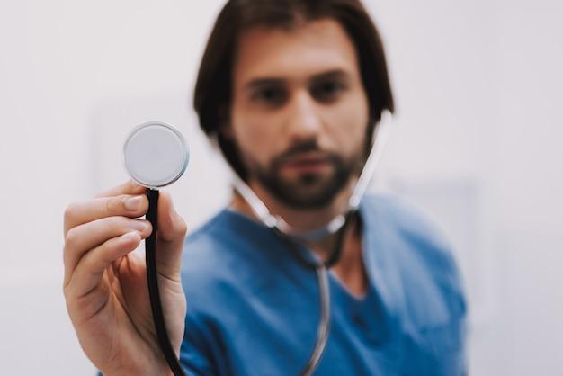 Männlicher kardiologe doctor holding stethoscope