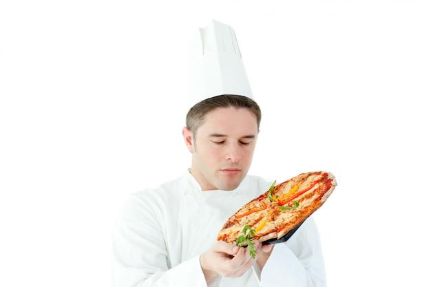 Männlicher koch, der eine pizza hält