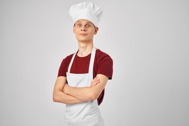 Männlicher koch in weißer schürze emotion küchenprofi. foto in hoher qualität